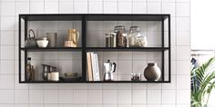 Reolsystemer i stål er en av de nyeste boligtrendene innen dansk design. Open Kitchen Cabinets, Kitchen Shelves, Wall Shelving Units, Black Shelves, Piece A Vivre, Kitchen Collection, Black Walls, Kitchen Interior, Bathroom Medicine Cabinet