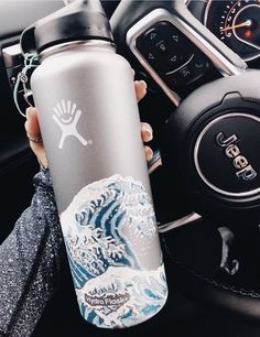 Painting my hydro flask? That's a strong maybe but I love this Water Bottle Art, Cute Water Bottles, Decorated Water Bottles, Water Bottle Design, Hydro Painting, Bottle Painting, Trippy Painting, Diy Painting, Hydro Flask Water Bottle