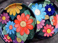 Risultati immagini per platos pintados mexicano Painted Plates, Hand Painted Ceramics, Ceramic Plates, Plates On Wall, Pottery Painting, Ceramic Painting, Stone Painting, Ceramic Art, Painting Glass Jars