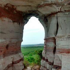 """Este é o Morro da Pedra Furada, localizado no município de Ponte Alta do Tocantins. Considerado a """"porta de entrada"""" do Parque Estadual do Jalapão! Conheça! Foto: @duduafora"""