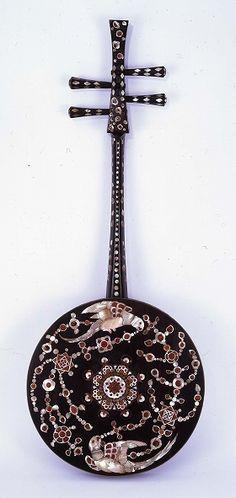 正倉院宝物  螺鈿紫檀阮咸」(背面)   奈良時代(8世紀)