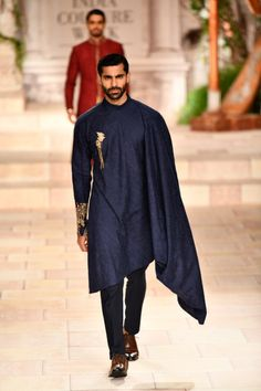 Latest Bride Sister Lehenga Designs by Anju Modi. Her latest collection was showcased at ICW 2018 and has some amazing Pre-Wedding, and Bridal Lehengas. Indian Men Fashion, India Fashion, Mens Fashion, Fashion Outfits, Asian Fashion, Fashion Pants, Fashion Styles, Runway Fashion, Western Outfits
