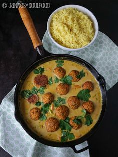 Lentil balls in coconut curry sauce Put the water in a saucepan, bring to the boil and cook over low heat for minutes. Then on a sieve Lentil balls in coconut curry sauce Put water in a saucepan . Sauce Au Curry, Coconut Curry Sauce, Veggie Recipes, Dinner Recipes, Cooking Recipes, Healthy Recipes, Shrimp Recipes, Salmon Recipes, Lunch Recipes