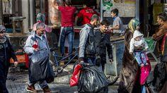 <b>LIVSFARLIG:</b> De fleste båtflyktninger på vei mot Hellas og Europa fra Tyrkia passerer igjennom Izmir. Her organiserer menneskesmuglere båtturen over til de greske øyene. Redningsvestene pakkes i store sorte søppelsekker. Flyktningene har det travelt, snart er det vinter også her. Med dårligere vær og en enda mer risikabel båttur.