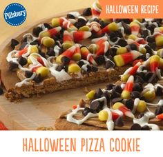 Yum cookie pizza with all the best topping Halloween Desserts, Halloween Cookies, Halloween Treats, Halloween Pizza, Halloween Foods, Halloween Recipe, Diy Halloween, Halloween Carnival, Halloween Games