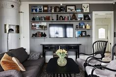 Bilder, Vardagsrum, Hyllor, Kakelugn, Vit, Grå, Soffa - Hemnet Inspiration