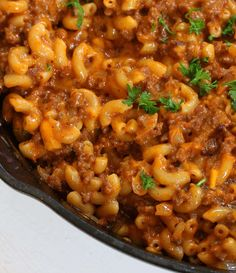 BEST Homemade Cheeseburger Macaroni (Hamburger Helper Copycat) This homemade cheeseburger macaroni copycat has a clean ingredients list, tastes better than the boxed stuff and is ready in 20 minutes! Cheese Burger Macaroni, Hamburger Macaroni, Macaroni Casserole, Cheeseburger Pasta, Casserole Recipes, Meat Recipes, Pasta Recipes, Dinner Recipes, Cooking Recipes