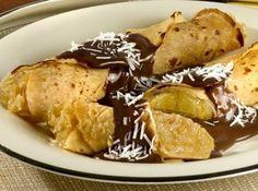 Panqueca recheada com abacaxi e coco ao molho de chocolate