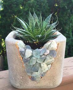 Una forma sencilla de relajarnos es cuidando de nuestras plantas pues, además de lucir hermosas en cualquier lugar, nos ayudan a dejar de lado el estrés y las preocupaciones, por lo que se han convertido en la mejor decoración para los hogares. Pero no todo se trata de las plantas sino también de su maceta, […] Mini Vasos, Pot Jardin, Cement Pots, Diy Resin Art, Cute School Supplies, Flower Pots, Flowers, Diy Crystals, Garden Ornaments