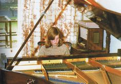 Our young Diana playing piano. She learned to play when she was a pupil at West Heath School and she played many times at public events when she was Princess. She wowed everyone in Australia when she played there on a Royal Tour. Princess Diana Pictures, Princess Diana Family, Princes Diana, Princess Kate, Princess Of Wales, Spencer Family, Lady Diana Spencer, Elizabeth Ii, Prince Harry