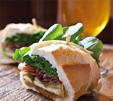 Sanduíche de pancetta com melado de cana e queijo da canastra