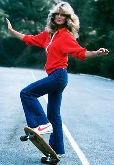 Sexiest Jeans Ever Farrah Fawcett hopped on a skateboard for a 1976 episode of her hit detective series, Charlie's Angels.Farrah Fawcett hopped on a skateboard for a 1976 episode of her hit detective series, Charlie's Angels. 70s Inspired Fashion, 80s Fashion, Look Fashion, Vintage Fashion, Seventies Fashion, Fashion Styles, Trendy Fashion, Womens Fashion, 70s Outfits