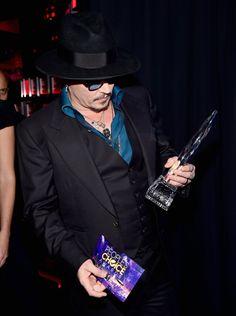Pin for Later: Die 23 Highlights der People's Choice Awards 2016 Johnny Depp begutachtete seinen Award Pictured: Johnny Depp