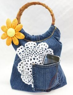 Recycled Denim + Crocheted Doily Purse – Free DIY Upcycling Denim DIY from Sow and Dipity Jean Crafts, Denim Crafts, Sac Vanessa Bruno, Diy Sac, Jean Purses, Denim Ideas, Recycle Jeans, Recycled Denim, Denim Bag