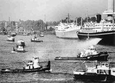 Spangen 1950 Wat een pracht zicht de rivier de Maas met al die schepen....we gaan nu naar de Parksluizen...zie rechts de Euromast