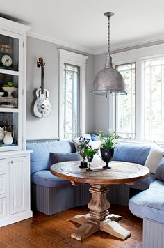 Küche und Esszimmer The dining nook in television star Mike Wolfe's vintage-decorated home is adorne Banquette Seating In Kitchen, Dining Nook, Table Seating, Seating Plans, Table Bench, Cozy Kitchen, Stylish Kitchen, Kitchen Ideas, Kitchen Grey