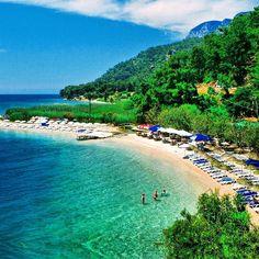 Çınar Plajı'nın berrak sularına kendini bırakıp, bütün bir yılın yorg... #berrak #butun #kendini #sular #ucuztatilantalya
