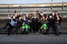Acteurs vormen samen een grote familie. Afgelopen week heb ik gespeeld met deze familie, mijn theaterfamilie. Als zij er niet waren ... #zelfiechallenge #familiefoto van Birgit Breedveld.