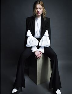 """My style Classical with androgynous touch. I love the sleeves! (Vogue Portugal July Lien Vieira By Mário Príncipe """"Frente Fria"""") Beauty And Fashion, White Fashion, Vogue Portugal, Looks Style, My Style, Foto Fashion, Fashion Details, Fashion Design, Unique Fashion"""