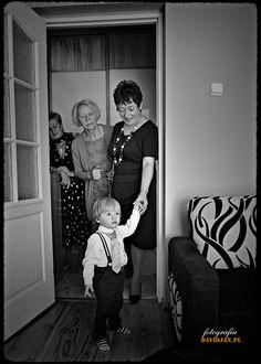 Najmłodsi uczestnicy rodzinnych uroczystości są często w centrum uwagi. Tutaj młodzieniec zobaczył Pannę Młodą. http://davidjan.pl