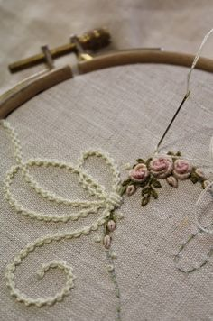 With bows, and in pink- Elisabetta ricami a mano: Idee… Con i fiocchi, e in rosa Elisabetta hand embroidery: Ideas … With bows, and in pink - Hand Embroidery Art, Vintage Embroidery, Ribbon Embroidery, Cross Stitch Embroidery, Embroidery Patterns, Lace Beadwork, Embroidered Roses, Bead Sewing, Brazilian Embroidery