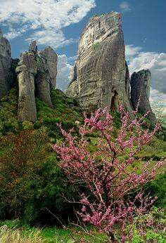 Meteora (meaning:suspended in the air) is a complex of huge, natural, sandstone, rock pillars on top of which greek orthodox monasteries were built in central Greece Places Around The World, Oh The Places You'll Go, Places To Travel, Places To Visit, Around The Worlds, Mykonos, Wallpaper Paisajes, Beautiful World, Beautiful Places
