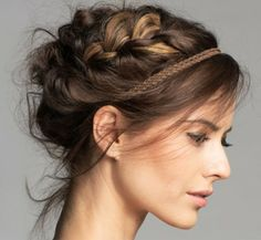 Un type de coiffure qui est très féminin et élégant – le chignon tressé. Il… A type of hairstyle that is very feminine and elegant – the braided bun. There are so many possibilities to make with your long or medium hair when you make a braided bun. Trending Hairstyles, Up Hairstyles, Pretty Hairstyles, Braided Hairstyles, Celebrity Hairstyles, Teenage Hairstyles, Medium Hair Styles, Natural Hair Styles, Long Hair Styles