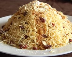 La seffa est une spécialité marocaine qu'on sert généralement entre le plat principal et le dessert, elle est préparée à base de cheveux d'ange, de riz ou de semoule de couscous. Voici donc la recette de la seffa aux cheveux d'ange, parfumée à la cannelle..... Healthy Breakfast Recipes, Healthy Dinner Recipes, Plats Ramadan, Morrocan Food, Ramadan Recipes, My Best Recipe, Arabic Food, Food Videos, Good Food