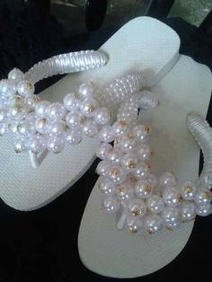 Achados na net                                                                                                                                                                                 Mais Beaded Sandals, Beaded Jewelry, Handmade Jewelry, Flip Flop Art, Decorating Flip Flops, Wedding Flip Flops, Flip Flop Slippers, Shoe Pattern, Making Hair Bows