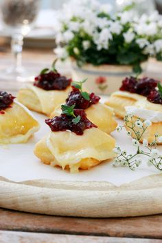 Airy puff pastry clouds with Géramont and cranberry chu .- Luftige Blätterteigwölkchen mit Géramont und Preiselbeer-Chutney Airy puff pastry clouds with Géramont and cranberry chutney # Géramont # Happiness cheese - Vegetarian Appetizers, Best Vegetarian Recipes, Appetizer Recipes, Cranberry Chutney, Puff Recipe, Puff Pastry Recipes, Party Finger Foods, Snacks Für Party, Brunch Recipes