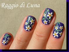 Raggio di Luna Nails: White flowers on dark purple