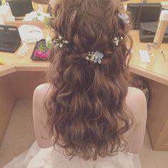 フェアリー感を演出できる。結婚式の参考に。簡単波巻きヘアのアレンジ集♡カットいらずで外国人風の髪型に♡                                                                                                                                                     もっと見る