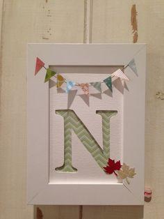 Monogrammbildchen mit Wimpelkette/ Girlande.  Ob als Bildchen zum Aufstellen im Spielzeugregal/ über der Wickelkommode oder zum Aufhängen im Kind...
