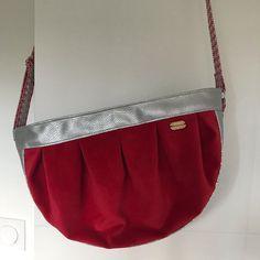 by Ma@g🧵 sur Instagram: Une collègue part … Et voici un sac … rouge comme sa couleur préférée !! J'ai utilisé un velours de lin venant de ma région, la Normandie…