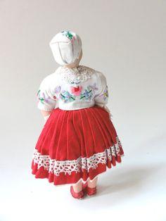 Vintage Folk Art Costume Girl Doll Czechoslovakia par Chixycoco