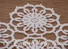 10320 Free standing lace table runner