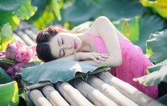 Bộ ảnh thiếu nữ mặc áo yếm bên hoa sen tuyệt đẹp. http://tourvietnam.net.vn/bo-anh-thieu-nu-mac-ao-yem-ben-hoa-sen-tuyet-dep/