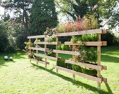 Natürlicher Gartenteiler den man auch für den Kräutergarten nutzen kann. Schöne und günstige Gartendeko mit Paletten bauen. Noch mehr Ideen gibt es auf www.Spaaz.de