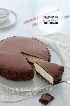 Torta fredda con crema al latte ricoperta al cioccolato cremosa