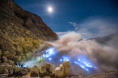 Glowing Blue Lava in Ijen Crater. (25 reasons why you should never travel to Indonesia)