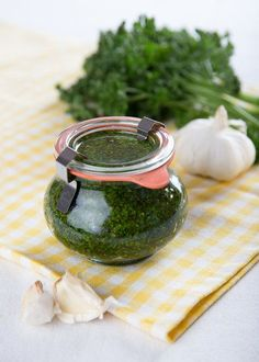 DIY Parsley Pesto // Petrzelove Pesto vydrží dlouho a je opravdu skvělé Vegetarian Recipes, Cooking Recipes, Gluten Free Recipes, Parsley Pesto, Pesto Dip, Recipe Master, Meat Salad, Czech Recipes, Good Food