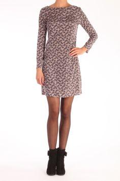 Deze jurk van Attic and Barn is 94% zijde met 6% lycra. De kleuren combinatie is Poeder basiskleur met donkergrijze bloem print het grijs neigt ook naar donkerblauw. Een practische jurk voor het warme najaar..... Attic and Barn Jurk Harriet Zijde Lan