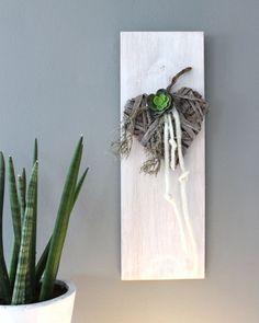 WD64 – Zeitlose Wanddeko! Wanddeko aus neuem Holz, weiß gebeizt und natürlich dekoriert mit einem geflochtenem Holzherz, Filzbänder und einer künstlichen Sukkulente! Preis 19.90€