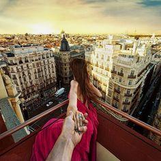 A travers ses images Instagram et la main de sa compagne, le photographe russe Murad Osmann nous transporte dans le monde entier.