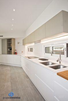 La #cocina es amplia y alargada, contando con mucha capacidad de #almacenaje. #kitchen #bcn