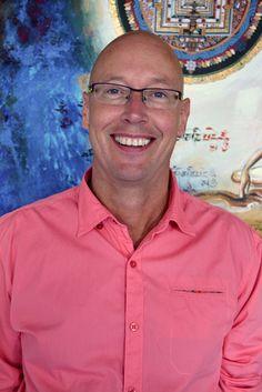 Emrik Suichies werkt de laatste 29 jaar als manueel therapeut, fysiotherapeut, functionele osteopathie, haptotherapeut, biofysisch geneeskundige, orthomoleculair therapeut, internationaal trainer Biofysische geneeskunde en Yin Yoga docent bij Fysio4U in Sneek.  Gedurende zijn werk als therapeut he