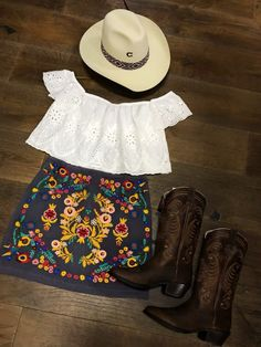 Stylish 37 Elegant Country Outfits Ideas For Summer To Try Cute Cowgirl Outfits, Country Style Outfits, Rodeo Outfits, Western Outfits, Country Fashion, Fiesta Outfit, Mexican Outfit, Mexican Style, Cute Outfits For School