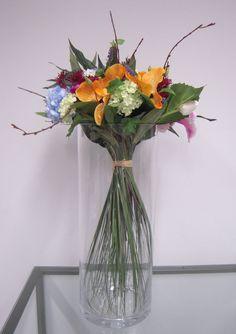 Sia School: centro de mano con flores variadas. Lilliums, hydrangeas, orquideas vandas y tulipanes entre otros