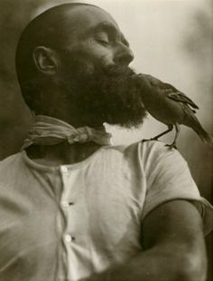 what a beard. I wonder if the bird hatched in there. Martin Munkacsi - The Lark Lover, Martin Munkacsi, Moustaches, Vintage Photography, White Photography, Monochrome Photography, Food Photography, Fashion Photography, Portraits Victoriens, Photo Libre