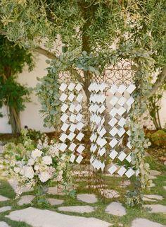 Um espaço onde os convidados possam deixar um recadinho para os noivos já é comum em todos os casamentos, esse bilhetinhos vieram para substituir os clássicos livros de assinatura, e uma sugestão para esse tipo de casamento, é criar um display diferenciado para a cerimônia, um portão antigo com algumas flores é uma ótima ideia.
